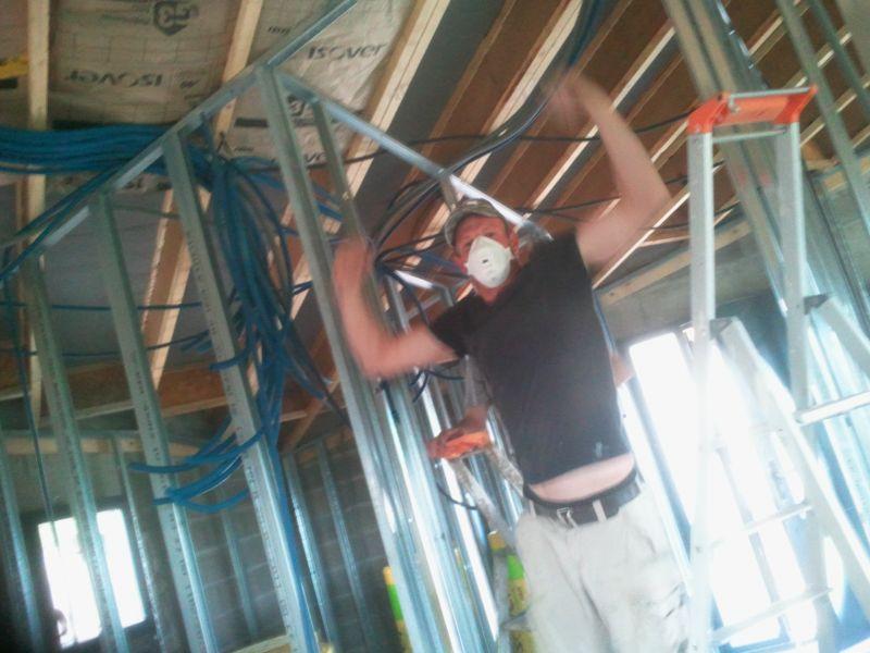 Fixation des rails et pose de la laine de verre au plafond at la maison demi circulaire de - Fixation laine de verre ...
